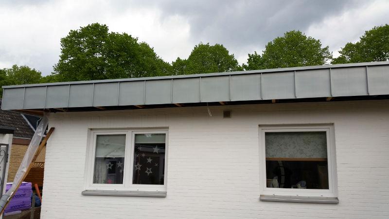 dachuberstand verkleiden bilder von einem dacha 1 4 berstand mit zink stehfalzabblende kosten